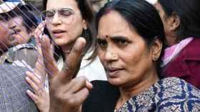 La madre de la joven estudiante violada y asesinada, Asha Devi.