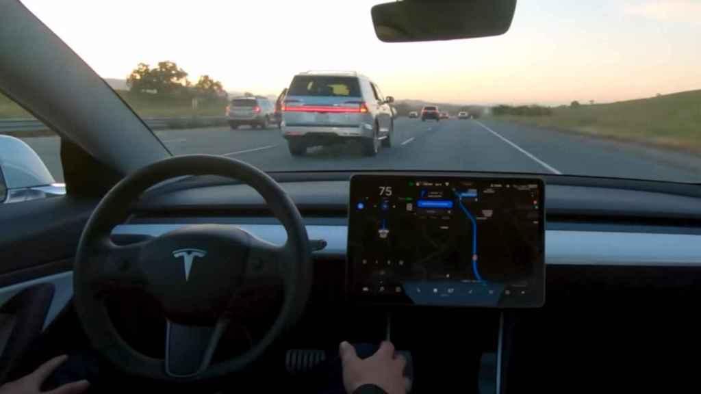 Tesla en modo Autopilot, capaz de tomar el control del coche