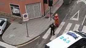 La Policía de Murcia lidiando con un 'dinosaurio' que había salido a la calle