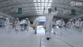 Profesionales desinfectan el hospital de Wuhan.