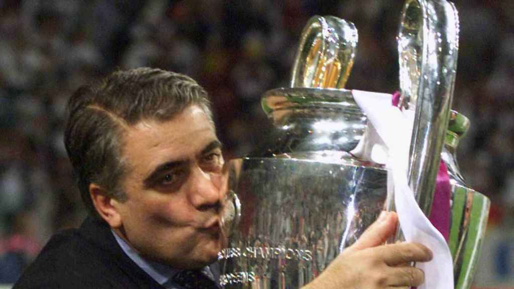 Lorenzo Sanz, expresidente del Real Madrid, con la Copa de Europa.
