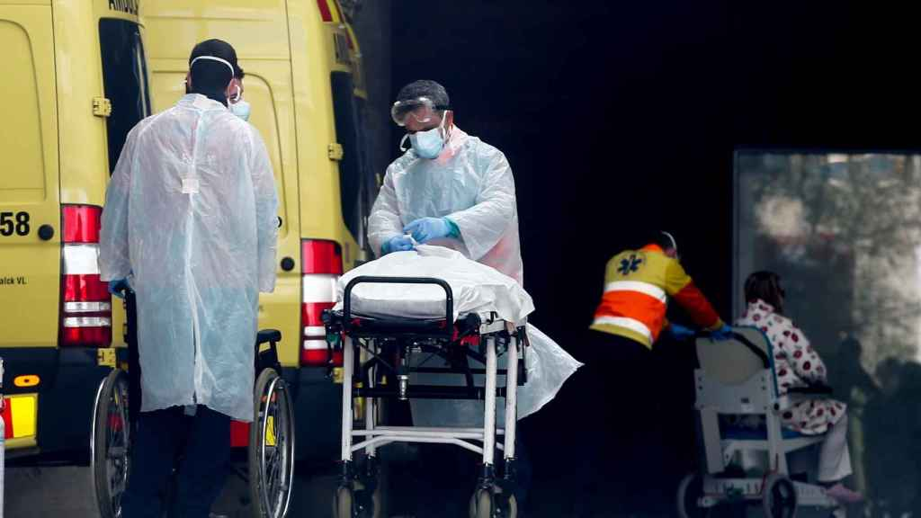 Personal médico porta un paciente en el Hospital de Bellvitge en Hospitalet (Barcelona).
