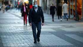 Un hombre camina por la calle con mascarilla en la ciudad de Colonia.