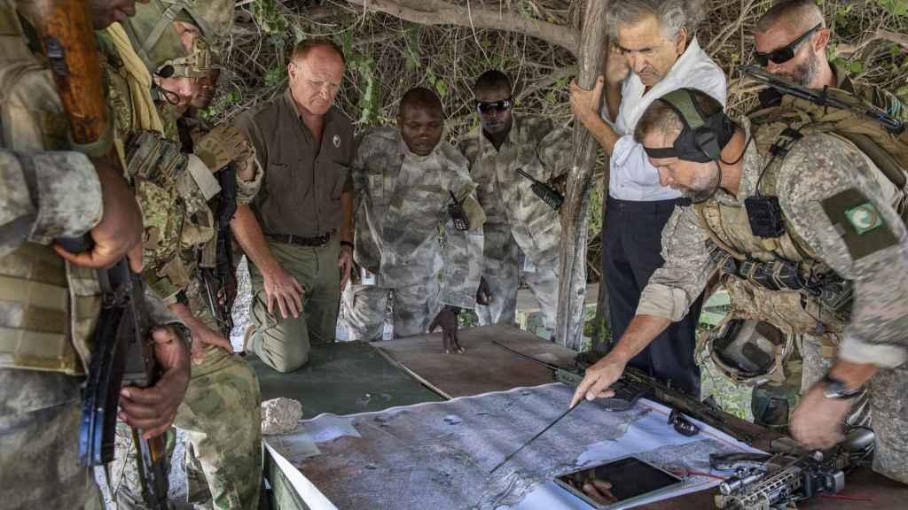 Bernard-Henri Lévy durante su investigación en Somalia.