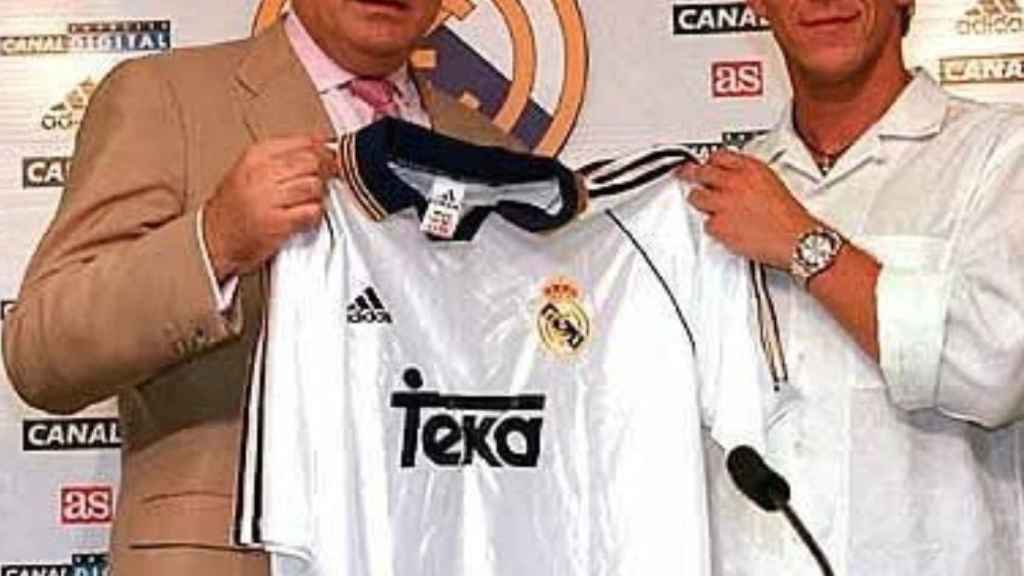 Michel Salgado con Lorenzo Sanz, el día de su presentación con el Real Madrid en 1999