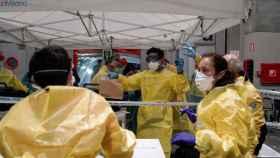 Personal sanitario comienza a atender a los pacientes con coronavirus llegados anoche a uno de los pabellones del recinto ferial Ifema.