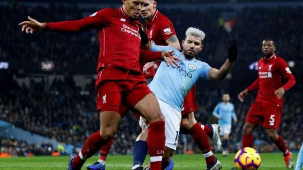 Van Dijk y 'El Kun' Agüero, en el partido Liverpool - Manchester City