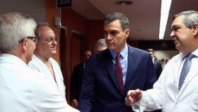 Pedro Sánchez conversa con médicos del hospital Sagrat Cor de Barcelona