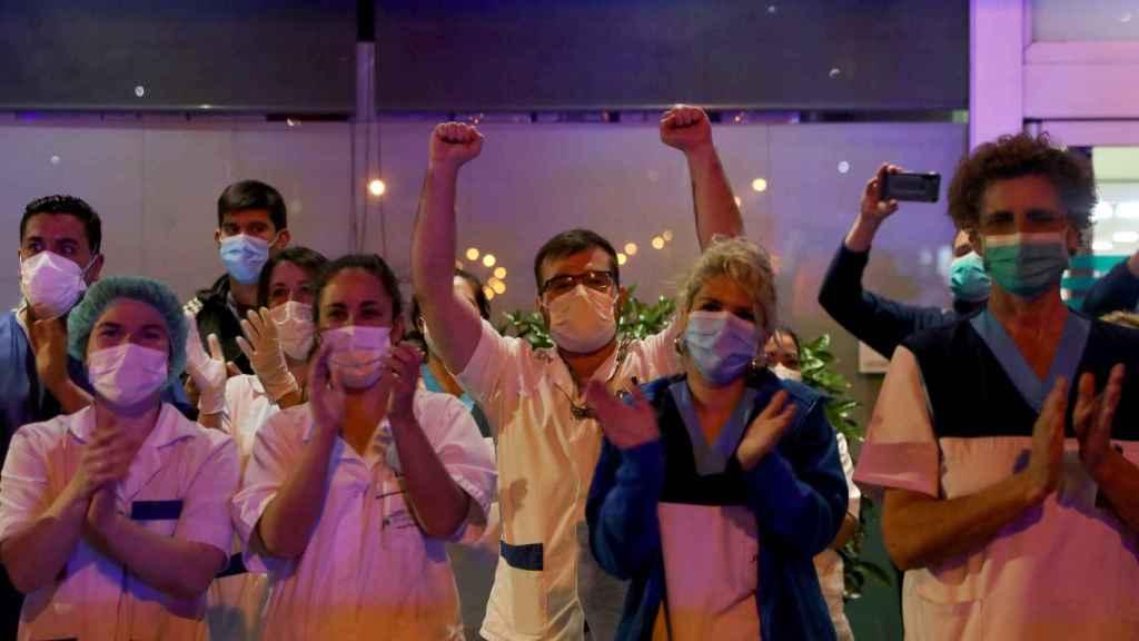 Un grupo de médicos de la Fundación Jiménez Días aplaude los aplausos de las ocho.