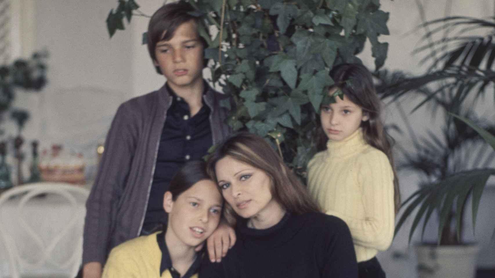 Lucía Bosé y sus tres hijos.