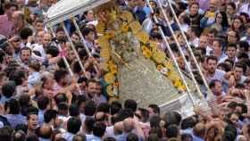 La Virgen del Rocío durante su procesión por la aldea almonteña.