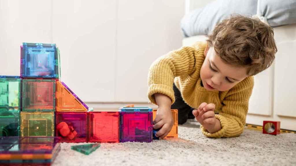 Un niño jugando.