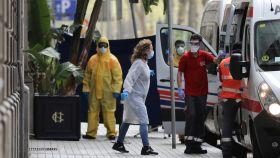 Trabajadores sanitarios a las puertas del Cotton House Hotel de Barcelona, que ha sido habilitado para pacientes.
