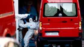 Las furgonetas con las que la UME trasladó los cuerpos a la morgue del Palacio de Hielo de Madrid.