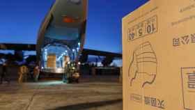 Descarga de las mascarillas llegadas de China en las instalaciones de Airbus.