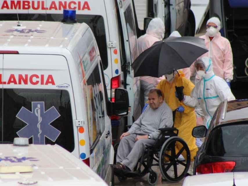 Uno de los ancianos evacuados, este martes, de la residencia La Pasionaria, en Alcalá del Valle (Cádiz).