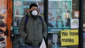 Un hombre con mascarilla en Queens, Nueva York.