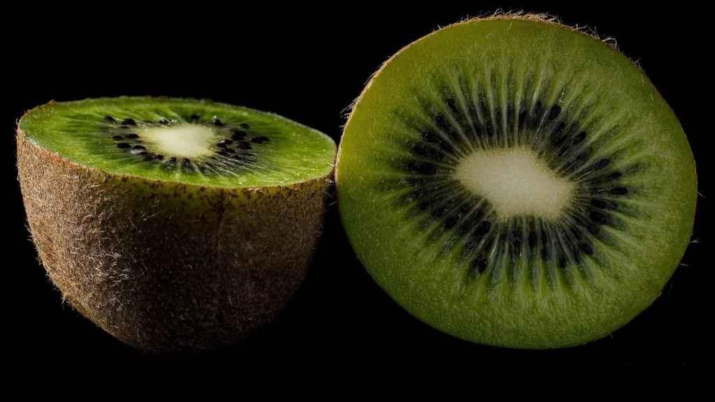 Un kiwi cortado por la mitad.