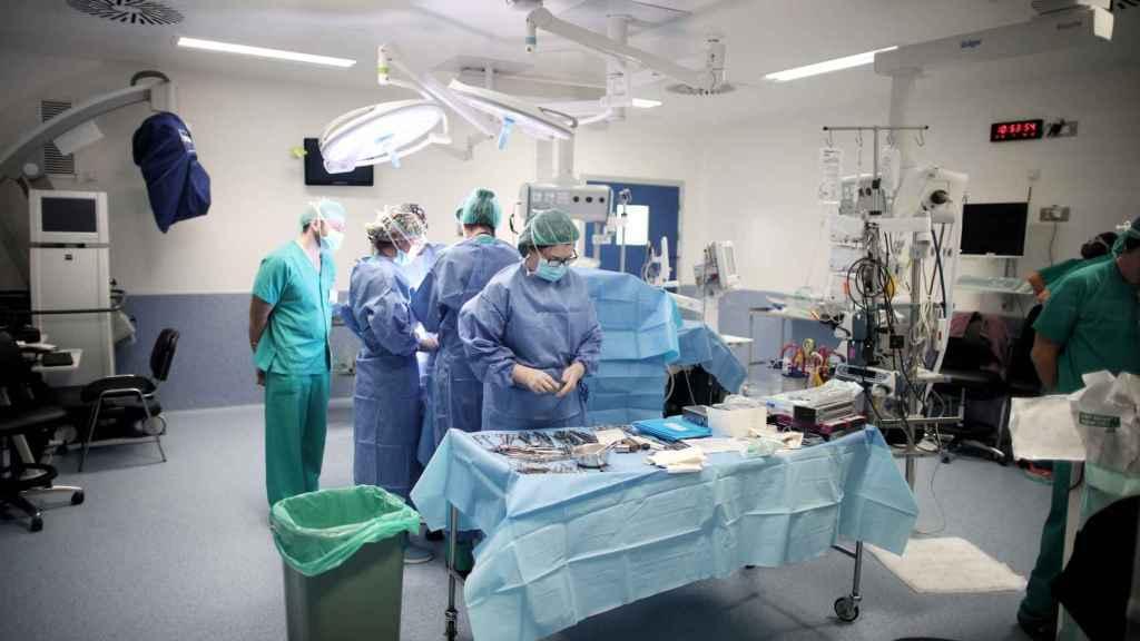 Personal sanitario del Hospital 12 de Octubre, momentos antes de una operación.
