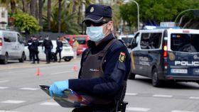 Un policía, en un control de tráfico durante el estado de alarma.