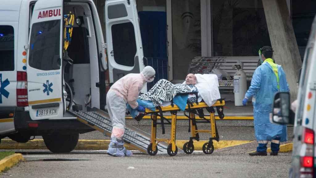 Un anciano contagiado a su llegada a la residencia Tiempo Libre de La Línea de la Concepción (Cádiz), este martes.