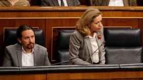 Pablo Iglesias atiende una intervención de Nadia Calviño en el Congreso de los Diputados.