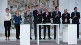 Miembros del Gobierno y Pedro Sánchez junto a representantes de sindicatos y patronales.