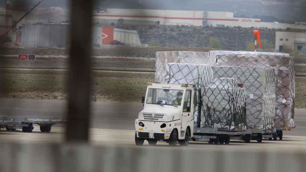 Imagen de un cargamento aterrizado en Zaragoza con productos donados por Inditex.