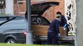 Llegada de un féretro al crematorio del cementerio de La Almudena en Madrid, este domingo.