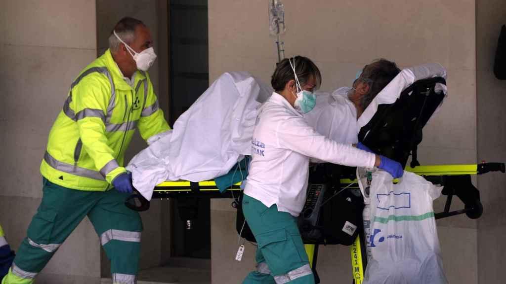 Los médicos trasladan a un paciente al hospital.