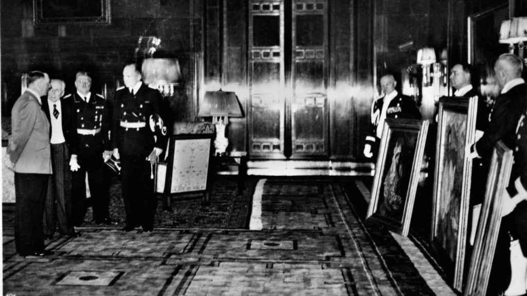 De izquierda a derecha: Adolf Hitler, Antonio Marques de Magaz, Otto Meissner y Paul Schmidt observan los tres cuadros de Zuloaga regalados por Franco a Hitler.