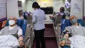 Monjes budistas donan sangre en Seúl para hacer frente a la pandemia de COVID-19. EFE.