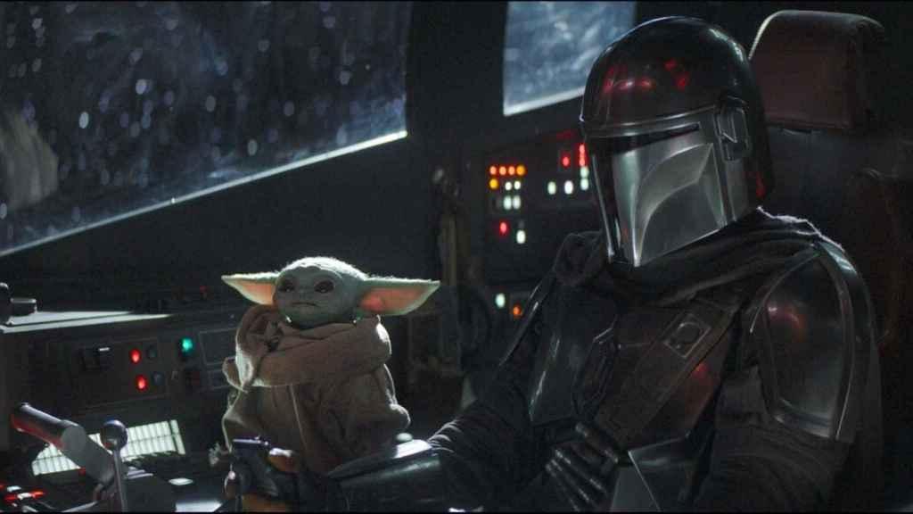 'The mandalorian' junto a Baby Yoda