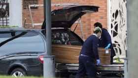 Un féretro al crematorio del cementerio de La Almudena en Madrid.