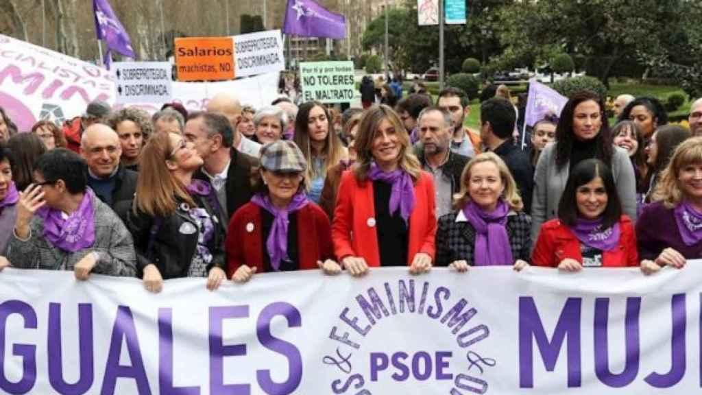 Carmen Calvo, Begoña Gómez (esposa del presidente Pedro Sánchez) y Carolina Darias, junto a otras ministras en la cabecera de la marcha del 8-M.