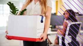 Una mujer recodindo sus cosas del trabajo.