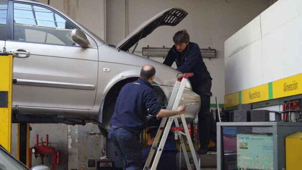Mecánicos del taller Pérez Illán arreglando un vehículo.
