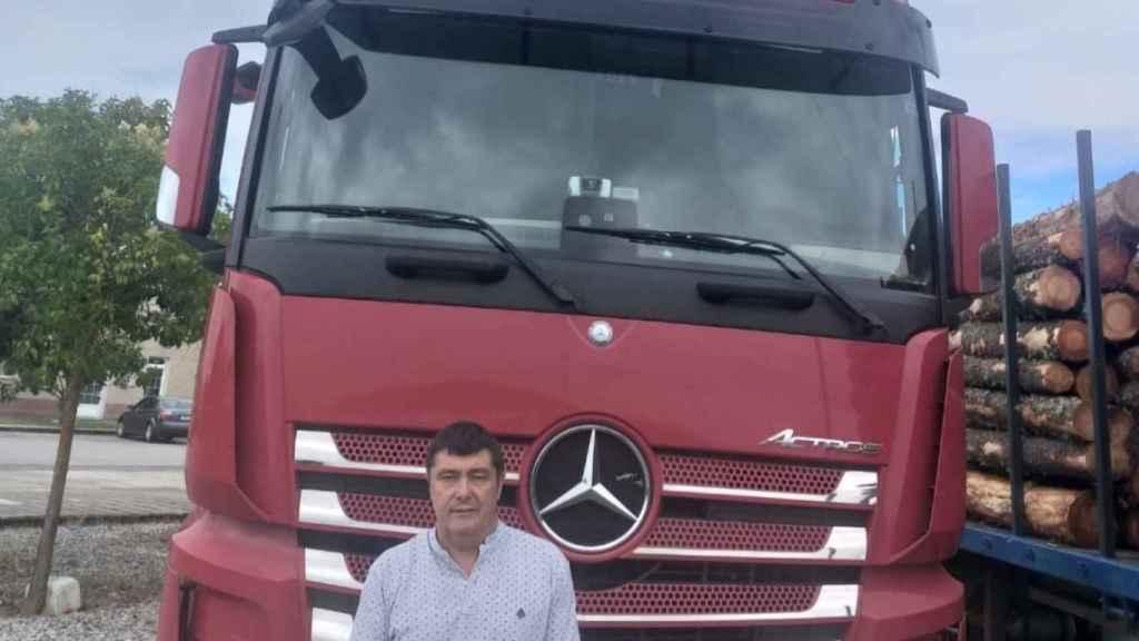José Carlos, delante de su camión.