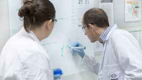 Dos científicos trabajan en las instalaciones del Repsol Tech Lab, ubicado en Móstoles.