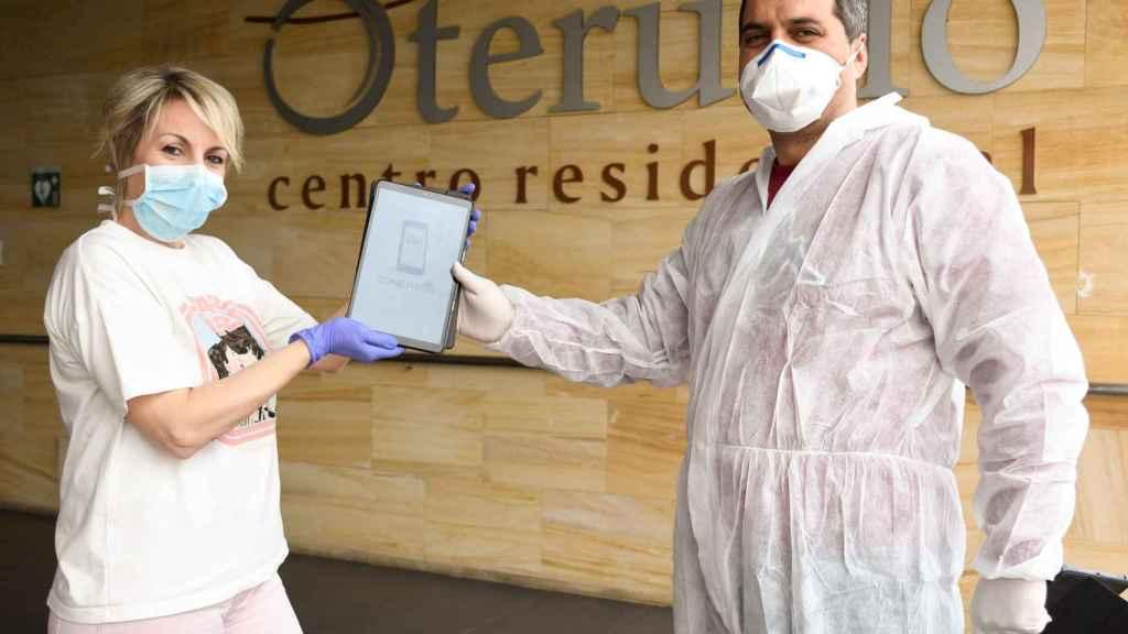 Nestor Fernández, de ConectYayos entregando una tablet en la Residencia Oteruelo