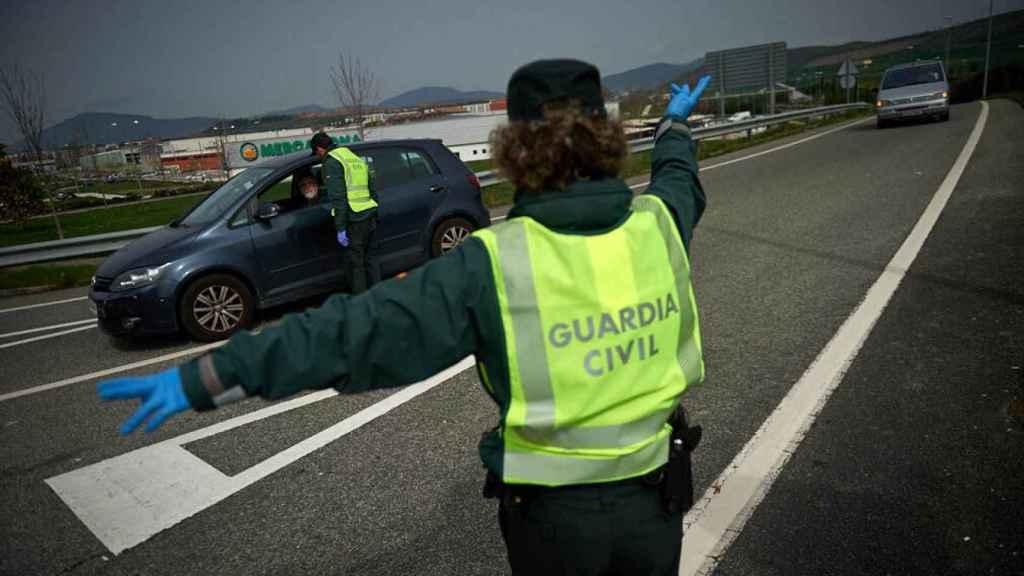 La Guardia Civil efectúa un control durante el estado de alarma.