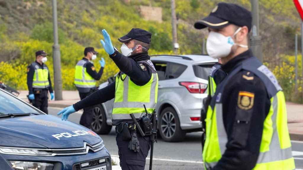 Policías nacionales con mascarillas durante un control en Logroño.