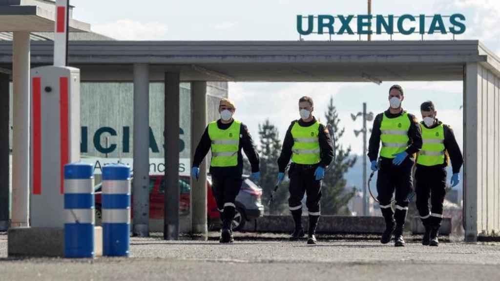 La UME desinfectando un hospital de Coruña.