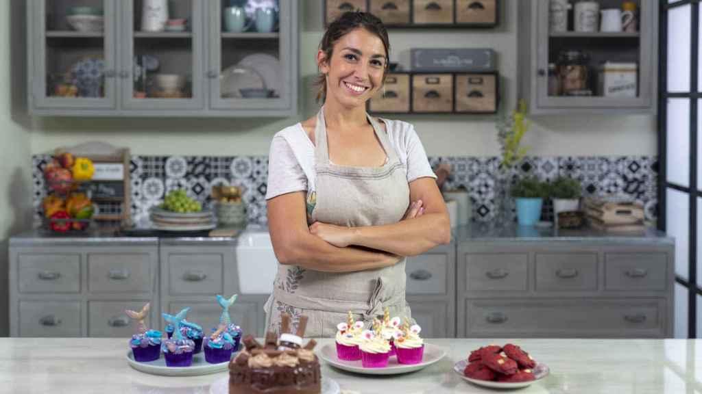 Alma, la influencer pastelera, con algunas de sus creaciones.