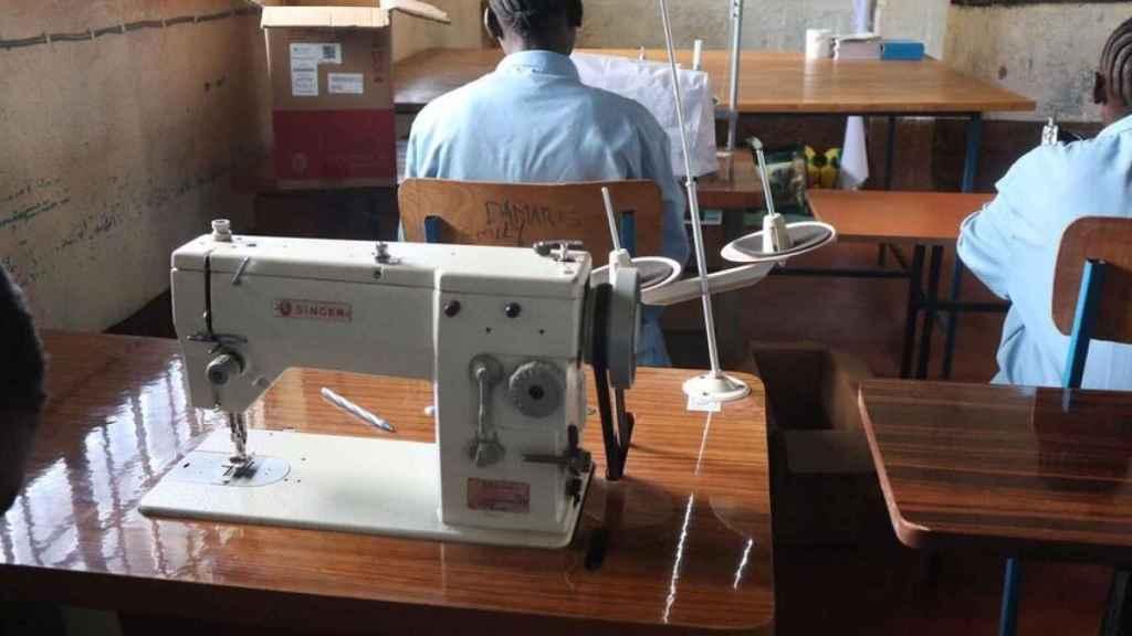 Máquina Singer con la que las niñas aprenden a coser.
