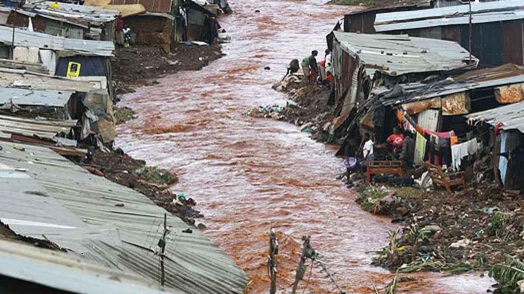 El río, a su paso por la comunidad de chabolas.