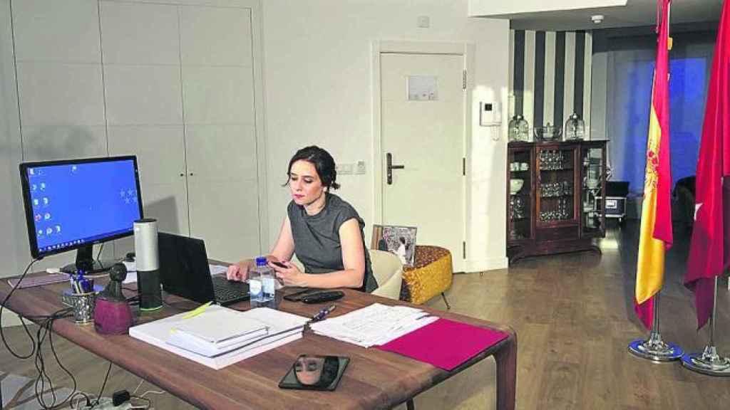 Isabel Díaz Ayuso en su habitación de hotel en la que pasa la cuarentena.