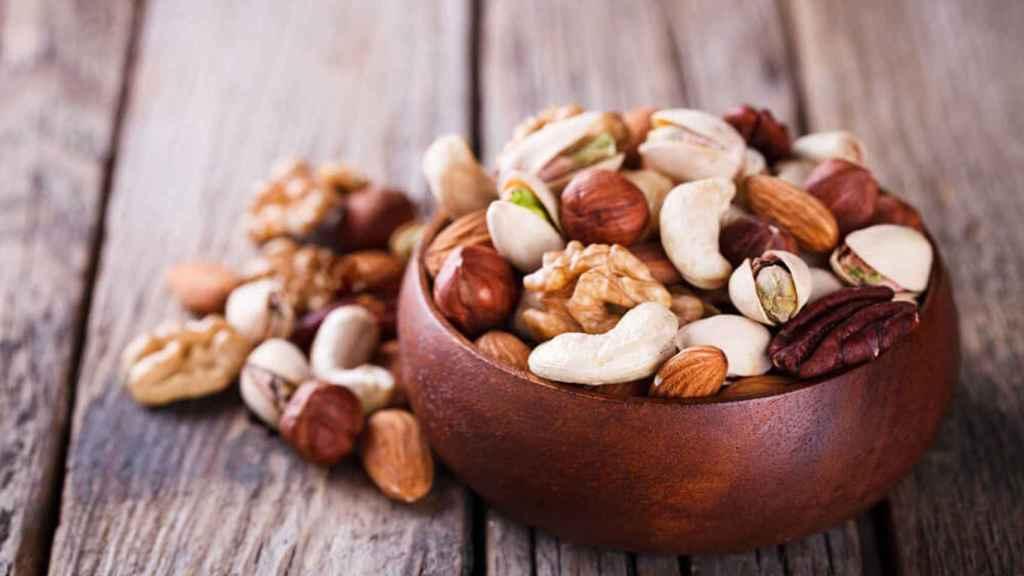 Un cuenco repleto de distintos tipos de frutos secos.