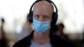 Un pasajero con mascarilla en el aeropuerto internacional de Manila, Filipinas. EFE/EPA.