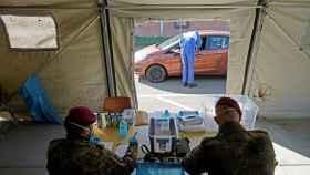 Puesto móvil para tests rápidos del coronavirus operado por el Ejército en Alemania. EFE/EPA